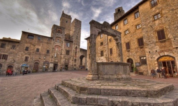 san-gimignano-piazza-della-cisterna (1)